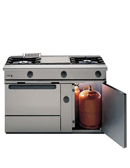 Cocina industrial con horno y armario portabombonas